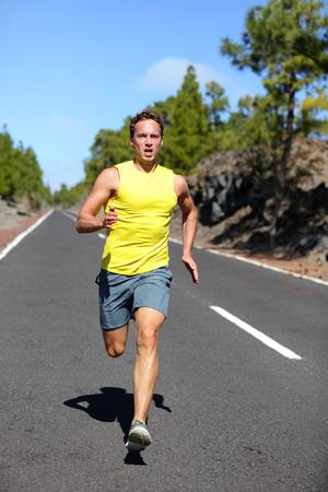 coureur: Runner homme qui court sprint pour le succ�s sur l'ex�cution. Homme formation athl�te coureur � vitesse rapide. Muscl� ajustement mod�le sportif sprinter exercice sprint sur la route foresti�re. La pleine longueur de corps de mod�le de race blanche.