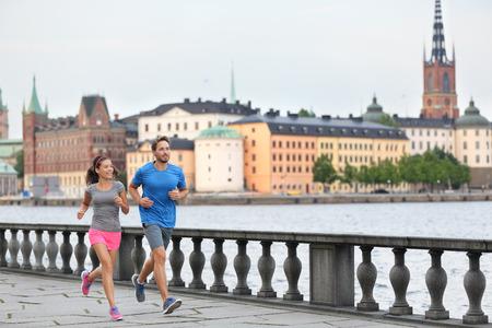 フィットネス運動人、ストックホルム市都市景観のスカイラインで実行されている健康的なランナーに合います。背景には、スウェーデン、ヨーロ