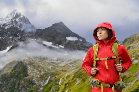 Alpy piesze wycieczki - turysta kobieta w Azji Szwajcarii na wędrówki w górach z plecakiem życia zdrowego aktywnego stylu życia. Dziewczyna turystą na podwyżkę charakteru krajobrazu w Urner Alpy, Bernie, Alpy Szwajcarskie, Szwajcaria. Zdjęcie Seryjne