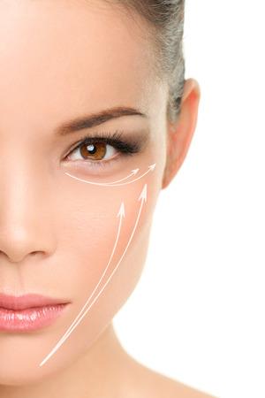 顔のアンチエイジング治療皮膚に顔のリフティング効果を示すグラフィックの線を持つアジアの女性の肖像画を持ち上げて取り外します。 写真素材