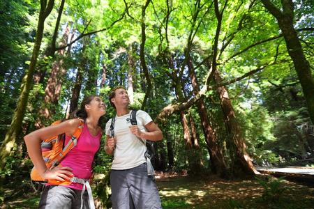 フォレスト ・ レッドウッズ、San Francisco のカップルをハイキングします。レッドウッドの木 々の間を歩くハイカー カップル付近の San Francisco、カリ 写真素材