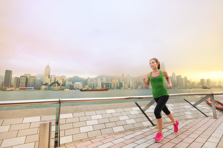 홍콩 도시에서 조깅 도시 아시아 중국 여자. 여성 운동 선수 빅토리아 항구, 구룡의 침사추이 산책로 및 스타의 거리 (Avenue of Stars)에 건강한 라이프 스 스톡 콘텐츠