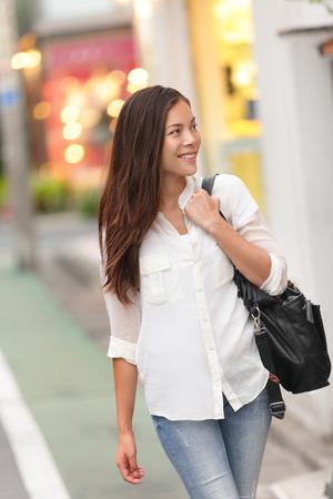 Winkelen vrouw lopen in Harajuku straat, Tokio. Japanse jonge meisje of vrouwelijke toerist window shoppen in de beroemde Takeshita straat voor modetrends in Azië. Stockfoto