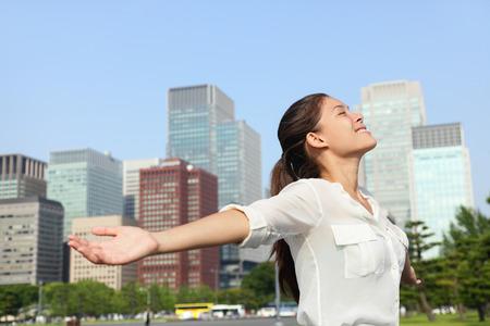 cielos abiertos: Libertad �xito empresaria sin preocupaciones en el horizonte urbano de la ciudad de Tokio - El �xito concepto. Feliz de negocios sin preocupaciones asi�tico japon�s mujer brazos se abren en el cielo, Jap�n.