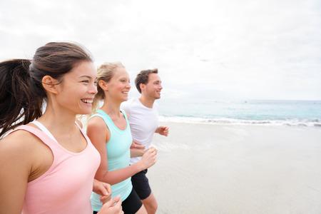 ビーチのジョギング楽しんでに関するグループを実行しているトレーニング。ランナーのトレーニング、屋外生活健康的なアクティブなライフ スタイルを行使します。多民族のフィットネス ランナーの人々 幸せな笑みを浮かべての外に一緒にワークアウトします。 写真素材 - 36864931