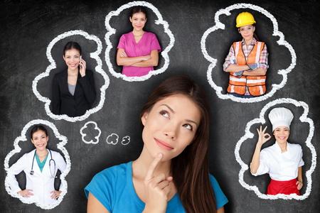 Bildung und Berufswahl-Optionen - Student Denken der Zukunft. Junge asiatische Frau erwägt Karrieremöglichkeiten lächelnd nach oben auf Sprechblasen auf einer Tafel mit verschiedenen Berufen