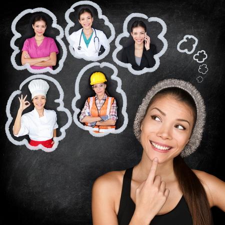 Opciones de educación y elección de carrera - el pensamiento del estudiante de futuro. Mujer contemplando opciones de carreras asiáticas jóvenes sonrientes mirando burbujas de pensamiento en una pizarra con diferentes profesiones