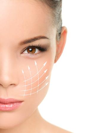 Face lift trattamento anti-invecchiamento - Asian donna con linee grafiche che mostrano effetto lifting facciale sulla pelle. Archivio Fotografico