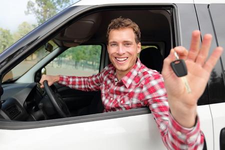 chofer: Nuevos coches concepto - el hombre que conduce el coche mostrando las llaves del coche felices mirando a la c�mara. Conductor var�n de raza cauc�sica en viaje por carretera mediante el alquiler de coches.