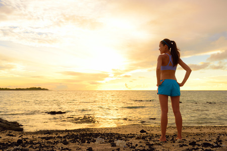 inspiracion: Aspiraciones - Mujer mirando a otro lado con la inspiraci�n. Fitness mujer despu�s de correr en la puesta de sol en la playa mirando el oc�ano sentirse tranquilo y sereno relajante durante el verano. Concepto de atenci�n plena. Foto de archivo