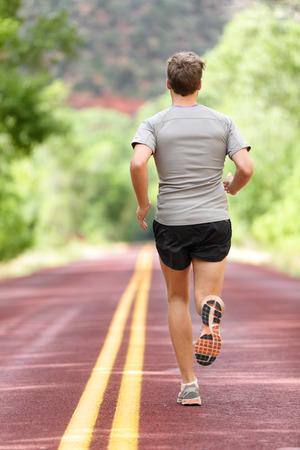 Running man biegacz pracuje się do fitness. Mężczyzna sportowiec na jogging run na sobie sportowe buty do biegania i szorty robocze się do maratonu. Pełna długość ciała pokazującym powrotem ucieka.