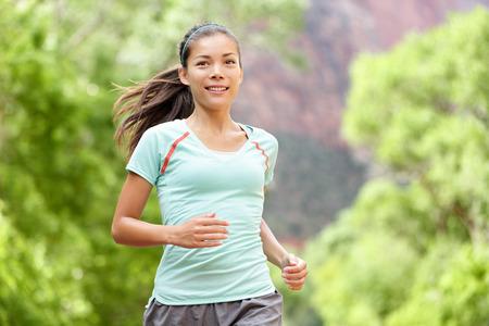 Vrouw running training leven gezond fitness sport levensstijl. Actieve vrouwelijke atleet joggen buiten lachende blij met aspiraties. Mooie jonge gemengd ras Aziatische Kaukasische meisje in haar jaren '20. Stockfoto - 39704695