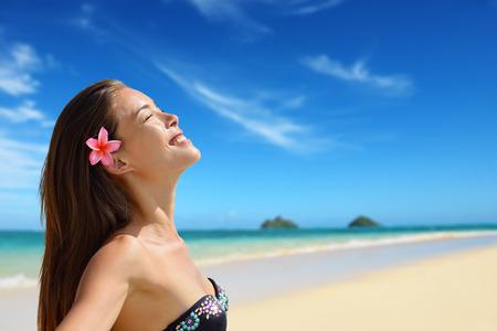 relajado: Relajante retrato mujer serena en la playa de Hawai Lanikai. Joven de raza mixta mujer por el agua relajado durante las vacaciones de viajes de verano en Oahu, Hawai, EE.UU. con Islas Mokulua.