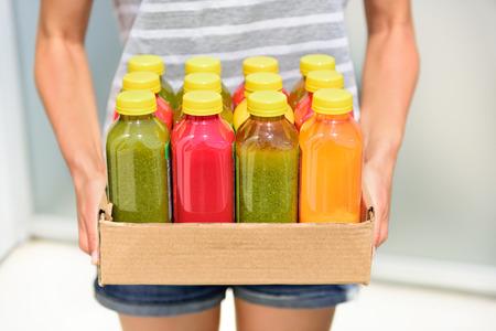 Juicing jus de légumes pressées à froid pour un régime de désintoxication. Suivre un régime par le nettoyage de votre corps des toxines avec des fruits et légumes biologiques premières jus fait frais et livré en bouteilles.