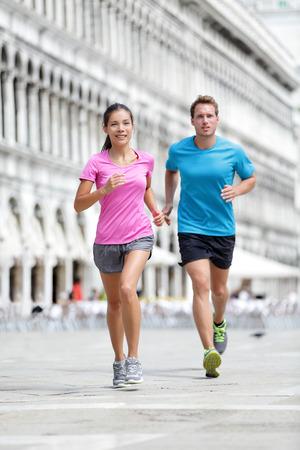 coureur: Courir coureur quelques footing � Venise. Deux coureurs, femme asiatique et de la formation de l'homme de race blanche sur les vacances Voyage en tant que touristes sur la Piazza San Marco, Venise, Italie, Europe.