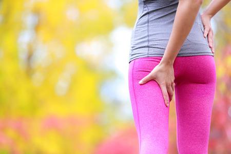 muslos: Isquiotibiales o calambres Esguince - Correr lesión deportiva con corredora. Primer plano de muslo posterior Mujer. Foto de archivo