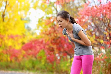 chory: Uruchamianie nudności - mdłości i chory chory biegacz wymioty. Running kobieta czuje się źle o zwymiotować. Dziewczyna o mdłości z odwodnienia lub ból w klatce piersiowej.