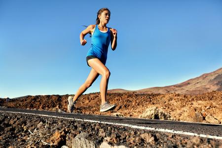 Courir le sprint femme - la formation de coureuse de jogging en plein air sur une route de montagne incroyable paysage nature. Monter beau modèle de remise en forme de travail pour le marathon extérieur en été. Banque d'images