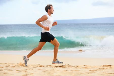 Sport fitness coureur de l'homme du jogging sur la plage. Jeune ajustement Handsome sportif athlète masculin runni