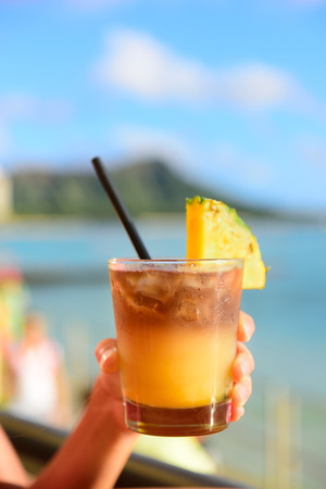 coctel de frutas: Mai Tai bebida hawaiano en bar en la playa. Foto de archivo