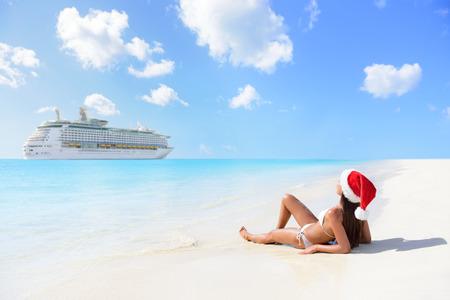Weihnachtskreuzfahrtreisen Urlaub in den karibischen Inseln. Frau auf neue Jahr Urlaub im Liegen am Strand bräunen und entspannen im Bikini unter der tropischen Sonne.