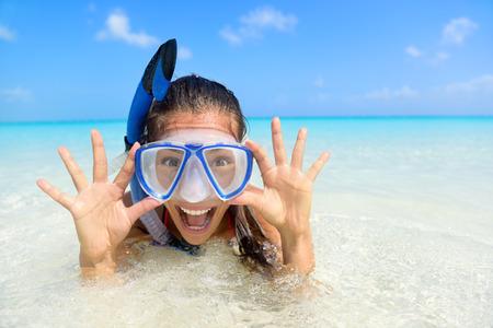 Strandvakantie leuke vrouw met een snorkel duiken masker maken van een goofy gezicht tijdens het zwemmen in de oceaan water. Close-up portret van Aziatische meisje op haar reizen vakanties. Zomer of winter bestemming.