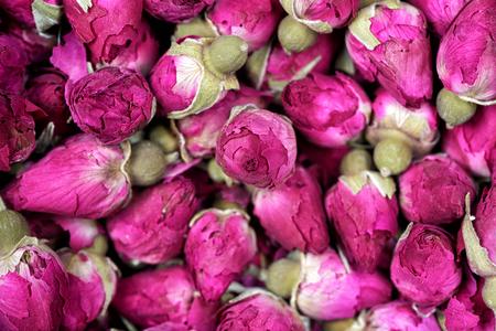 Té de Rose - primer secado de la textura de las flores de los capullos de rosa. Pétalos de rosas secas para té asiático y especias. Copyspace para elemento o fondo.