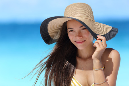 chapeau de paille: femme asiatique portant la mode plage chapeau de paille pour la protection soins de la peau au soleil. Visage concept de beauté soins de la peau. Belle chinoise Caucasian race mixte adulte jeune fille portrait sur Voyage de vacances d'été.