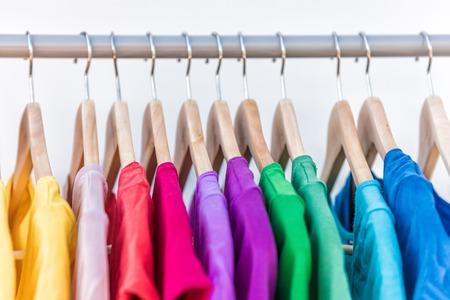 Mode Kleidung auf Kleiderständer - helle bunte Schrank. Nahaufnahme der Regenbogenfarbe Auswahl an trendigen weibliche auf Kleiderbügeln im Shop Schrank oder Federreinigungskonzept tragen. Sommerhaus Kleiderschrank. Standard-Bild