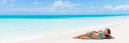 Paradise tropical femme de vacances détente sur la destination Voyage Caraïbes parfaite plage de sable blanc de sable. La vie de luxe escapade de rêve modèle de soins de la peau asiatique couché bronzage dans la station isolée. Banque d'images - 57342449