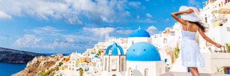 Europa toerist vrouw panorama banner van Oia, Santorini, Griekenland. Gelukkig jonge vrouw op zoek naar bekende bestemming kerk oriëntatiepunt blauwe koepel. Mooi meisje een bezoek aan de Griekse eilanden. Stockfoto
