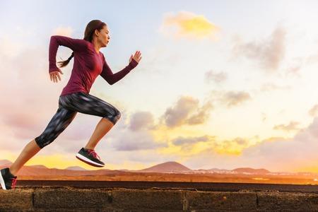 Athlet Spur einer Frau Läufer bei Sonnenuntergang Sonnenaufgang läuft Silhouette. Cardio-Fitness-Training von Marathonrennen Sportlerin. Aktiv gesunden Lebensstil im Sommer Natur im Freien.