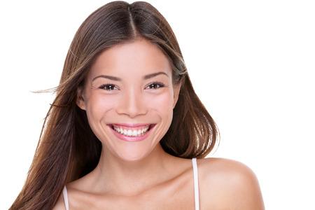 Aziatisch gelukkig gezond vrouw lachend met perfecte tanden. Mooi jong Chinees meisje studio portret op een witte achtergrond.