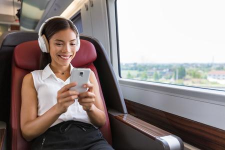 現代の人々 の都市生活。音楽や演劇のビデオ ゲーム オンラインに耳を傾ける電話アプリケーションとワイヤレス ヘッド フォンを使用して若い都市