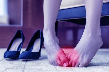의료 개념입니다. 발 통증. 신체 건강 문제, 건강한 발의 관절이나 물집이 부어 오르거나 피부에 상처가 있습니다. 백그라운드에서 발 뒤꿈치와 집 또