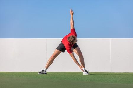 風車つま先タッチ ストレッチ動的ストレッチ立って戻って背骨をねじる運動トレーニング柔軟性。夏の公園や屋外の家の庭でウォーム アップ走行を