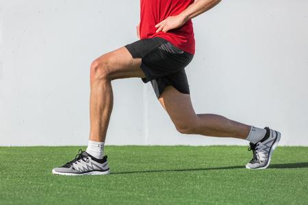 O homem da aptidão que faz as pernas exercita o exercício dos pulmões para glúteo e músculo do núcleo do treinamento muscular da perna, equilíbrio, cardio e estabilidade. Atleta de esporte ativo fazendo frente para frente passo perna estocada exercício.