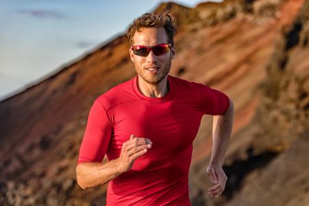 Sentier de coureur d'athlète en cours d'exécution dans la nature des montagnes. Sport actif fitness ultra trail, courir marathonien de formation en plein air en été en plein air. Homme avec des lunettes de soleil.