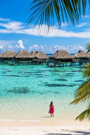 Mujer de vacaciones de viaje de playa de lujo en Tahití. Agua de océano que disfruta turística en las villas overwater del hotel de la casa de planta baja en Polinesia francesa, isla de Moorea en el destino pacífico del sur, famoso de la partida. Foto de archivo