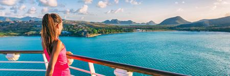 Barco de cruceros turista mujer Caribe viaje vacaciones banner. Cosecha panorámica de la muchacha que disfruta de la opinión de la puesta del sol de la cubierta de barco que sale del puerto de Basseterre, St Lucia, isla tropical.