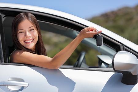 여행도 여행을위한 키를 들고 새 자동차 드라이버 여자. 행복 한 젊은 아시아 소녀 임대 계약 또는 자동차 딜러의 구매.