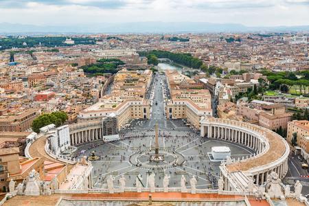 ローマのバチカン市国、イタリアの都市景観の上から空中写真。バチカンのサンピエトロ広場
