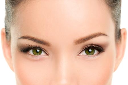 Azjatycka piękna kobieta z zielonymi oczami noszenie makijażu eyeliner i tusz do rzęs cat eye smokey eyes. Zabiegi laserowe, plastyka powiek przeciwstarzeniowa.