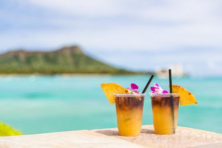 하와이 호놀룰루에서 와이키키 비치 바 여행 휴가에 하와이 마이 타이 음료. 바다와 다이아몬드 헤드 마운틴, 하와이 관광 명소를 볼 수있는 유명한 하와이 음료 칵테일. 스톡 콘텐츠 - 95874372