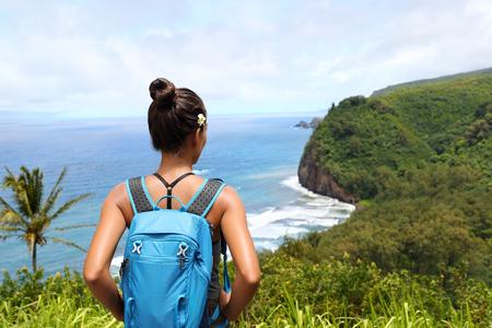 Hawaii travel nature hiker girl hiking in Pololu valley enjoying lookout view of mountains. Big island destination, woman tourist in Hawaii, USA. Archivio Fotografico
