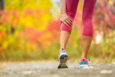 Pierna muscular calambre pantorrilla lesión deportiva ejercicio al aire libre. Foto de archivo