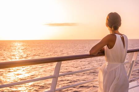 Kreuzfahrtschiff Luxusreiseziel Frau im Sommerurlaub in Europa. Elegante Dame, die sich auf dem Außendeck mit Blick auf das Mittelmeer entspannt.