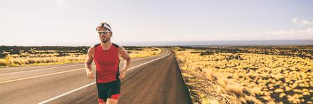 Laufendes Manntraining für Triathlon-Sportlaufrennen in Hawaii. Banner Panorama Landschaft Sonnenuntergang Natur, Triathlet Läufer Joggen.