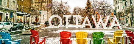 Ottawa im Winterweihnachtsbaumschmuck im Stadtfahnenpanorama