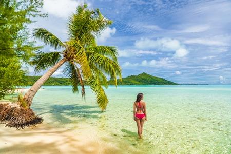 Vacances de luxe voyage femme marchant sur la plage de motu Tahiti paradis Bora Bora en vacances à Bora Bora avec. Happy girl Bikini à Tahiti, Polynésie française.